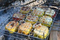 Μαγειρεύοντας φρούτα - BBQ σχαρών Στοκ Φωτογραφία