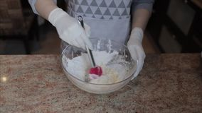 Μαγειρεύοντας χέρια που προσθέτουν το αλεύρι και τη μίξη της ζύμης με τη μικτή κρέμα απόθεμα βίντεο