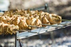 Μαγειρεύοντας χοιρινό κρέας shashlik στο οβελίδιο Στοκ εικόνες με δικαίωμα ελεύθερης χρήσης