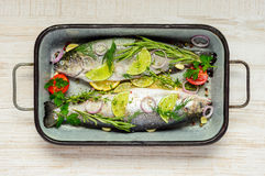 Μαγειρεύοντας ψάρια πεστροφών Στοκ Εικόνες