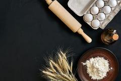 Μαγειρεύοντας ψησίματος προετοιμασιών κουζινών επιτραπέζιων καφετιά πιάτων διαφορετικά συστατικά παντοπωλείων εμπορευμάτων φρέσκα στοκ φωτογραφία