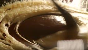 Μαγειρεύοντας brownie: κατασκευάζοντας τη ζύμη σοκολάτας και αυγών κοντά που αυξάνεται φιλμ μικρού μήκους