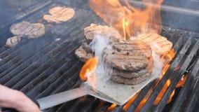 Μαγειρεύοντας Burger και χάμπουργκερ μοσχαρίσιο κρέας βόειου κρέατος χοιρινού κρέατος Yaso σχαρών Josper φλογών και λωρίδα κοτόπο απόθεμα βίντεο