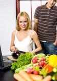 μαγειρεύοντας lap-top ζευγών Στοκ φωτογραφία με δικαίωμα ελεύθερης χρήσης