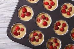 Μαγειρεύοντας muffins φραουλών κατά τη τοπ άποψη πιάτων ψησίματος οριζόντια Στοκ φωτογραφία με δικαίωμα ελεύθερης χρήσης