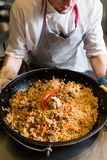 Μαγειρεύοντας plov παραδοσιακό του Ουζμπεκιστάν γεύμα ρυζιού αρχιμαγείρων Στοκ φωτογραφίες με δικαίωμα ελεύθερης χρήσης