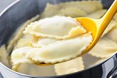 μαγειρεύοντας ravioli Στοκ Εικόνες