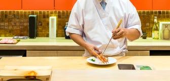 Μαγειρεύοντας sashimi αστακών αρχιμαγείρων Στοκ Φωτογραφία