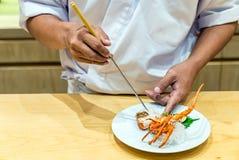 Μαγειρεύοντας sashimi αστακών αρχιμαγείρων Στοκ εικόνες με δικαίωμα ελεύθερης χρήσης