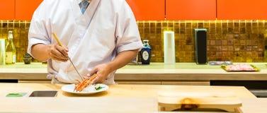 Μαγειρεύοντας sashimi αστακών αρχιμαγείρων Στοκ φωτογραφία με δικαίωμα ελεύθερης χρήσης