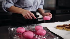Μαγειρικός, ζύμη, έννοια μικρών επιχειρήσεων Θηλυκός ζαχαροπλάστης που προετοιμάζει το νόστιμο, σύγχρονο επιδόρπιο Βάζοντας το ρο φιλμ μικρού μήκους