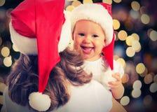 Μαγικά ευτυχή οικογενειακά μητέρα και μωρό Χριστουγέννων Στοκ Φωτογραφίες