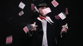 Μαγικά, τεχνάσματα καρτών, παιχνίδι, χαρτοπαικτική λέσχη, έννοια πόκερ - άτομο που παρουσιάζει τέχνασμα με τις κάρτες παιχνιδιού απόθεμα βίντεο