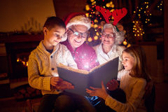 Μαγικές βιβλίο και οικογένεια Χριστουγέννων Στοκ φωτογραφία με δικαίωμα ελεύθερης χρήσης