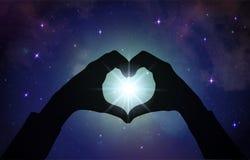 Μαγική αγάπη που θεραπεύει την καθολική ενέργεια, χέρια καρδιών στοκ εικόνα