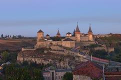 Μαγική ανατολή φθινοπώρου κοντά στο μεσαιωνικό κάστρο kamianets-Podilskyi Διάσημη τουριστική θέση και ρομαντικός προορισμός ταξιδ στοκ εικόνα με δικαίωμα ελεύθερης χρήσης