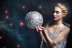 Μαγική γυναίκα με την ασημένια σφαίρα Στοκ Φωτογραφίες