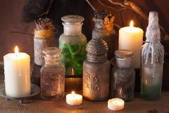 Μαγική διακόσμηση αποκριών φίλτρων βάζων αποθηκαρίων μαγισσών Στοκ Εικόνες