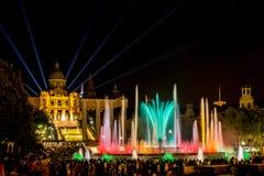 Μαγική πηγή Montjuïc στη Βαρκελώνη τη νύχτα Στοκ Φωτογραφίες