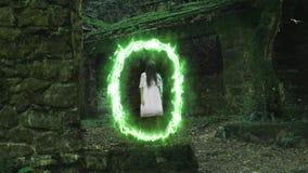 Μαγική πύλη στις καταστροφές ενός παλαιού σπιτιού σε ένα πυκνό δάσος από το οποίο το φάντασμα ενός κοριτσιού προκύπτει διανυσματική απεικόνιση