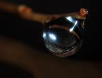 Μαγική σφαίρα από την πτώση νερού στην άκρη Στοκ Εικόνες