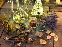 Μαγική τελετουργική συλλογή αντικειμένων με το pentagram, τους ρούνους, τα μπουκάλια και τα χορτάρια Στοκ εικόνα με δικαίωμα ελεύθερης χρήσης