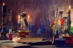 Μαγική φίλτρο, αρχαία βιβλία και κεριά στοκ εικόνα
