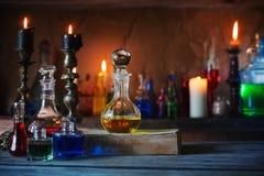 Μαγική φίλτρο, αρχαία βιβλία και κεριά στοκ εικόνα με δικαίωμα ελεύθερης χρήσης