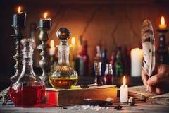 Μαγική φίλτρο, αρχαία βιβλία και κεριά στοκ εικόνες με δικαίωμα ελεύθερης χρήσης