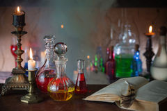 Μαγική φίλτρο, αρχαία βιβλία και κεριά στοκ φωτογραφία με δικαίωμα ελεύθερης χρήσης