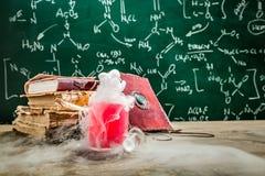 Μαγική φίλτρο που δημιουργείται από τη χημεία στο σχολικό εργαστήριο στοκ εικόνα με δικαίωμα ελεύθερης χρήσης