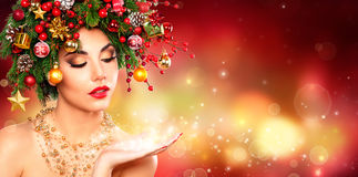 Μαγικός αποτελέστε - πρότυπη γυναίκα με το χριστουγεννιάτικο δέντρο στοκ φωτογραφία