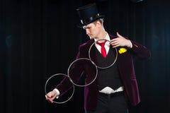Μαγικός, απόδοση, τσίρκο, παρουσιάστε έννοια - μάγος στο τοπ καπέλο που παρουσιάζει τέχνασμα με τα δαχτυλίδια σύνδεσης στοκ φωτογραφία με δικαίωμα ελεύθερης χρήσης