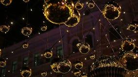 Μαγικός αστράψτε φω'τα λαμπιρίζοντας λαμπρά υπαίθρια, διακοσμήσεις οδών Χριστουγέννων απόθεμα βίντεο