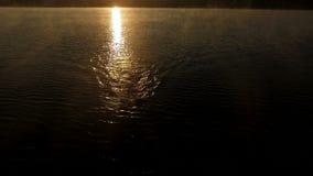 Μαγικός εναέριος πυροβολισμός του κολυμβητή professsional στο ηλιοβασίλεμα φιλμ μικρού μήκους