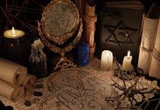 Μαγικός καθρέφτης, έγγραφο δαιμόνων και μπλε κρύσταλλο Στοκ εικόνες με δικαίωμα ελεύθερης χρήσης