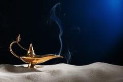 Μαγικός λαμπτήρας Aladdin στην άμμο Στοκ φωτογραφία με δικαίωμα ελεύθερης χρήσης