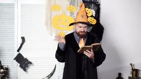 Μαγικός, περίοδος, βιβλίο μαγικού Ο γενειοφόρος μάγος διαβάζει ένα παλαιό βιβλίο για μαγικό Μάγος αποκριών Ο μάγος διαβάζει ένα μ φιλμ μικρού μήκους