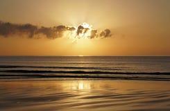 Μαγικός ωκεανός Ατλαντικός πέρα από την ανατ&o Πρωί Κύματα της κυματωγής Παραλία Στοκ Εικόνες