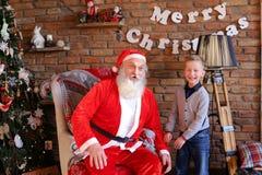 Μαγικό Άγιου Βασίλη και μικρών παιδιών γύρω και έχει τη διασκέδαση tog στοκ εικόνες με δικαίωμα ελεύθερης χρήσης