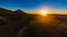 Μαγικό ηλιοβασίλεμα επάνω από τα σύννεφα στα Tenerife βουνά στα Κανάρια νησιά στοκ φωτογραφία