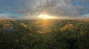 Μαγικό ηλιοβασίλεμα πέρα από το καλλιεργήσιμο έδαφος Στοκ Εικόνες