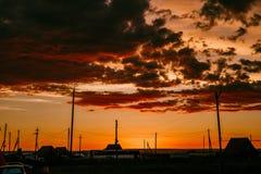 Μαγικό ηλιοβασίλεμα πέρα από το χωριό Στοκ φωτογραφία με δικαίωμα ελεύθερης χρήσης