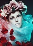 Μαγικό κορίτσι με τα τριαντάφυλλα Στοκ εικόνα με δικαίωμα ελεύθερης χρήσης