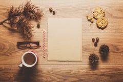 Μαγικό υπόβαθρο θέματος Χριστουγέννων, κώνοι πεύκων, καφές, μπισκότα και μια κενή επιστολή στο santa στοκ φωτογραφία με δικαίωμα ελεύθερης χρήσης