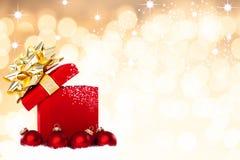 Μαγικό υπόβαθρο δώρων Χριστουγέννων με τα κόκκινα μπιχλιμπίδια Στοκ φωτογραφία με δικαίωμα ελεύθερης χρήσης