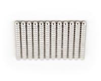 Μαγνητικές σφαίρες μετάλλων σε μια σειρά Στοκ Εικόνα