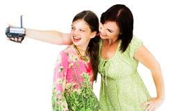 Μαγνητοσκόπηση γυναικών χαμόγελου με τη φωτογραφική μηχανή οικιακού βίντεο Στοκ Φωτογραφία