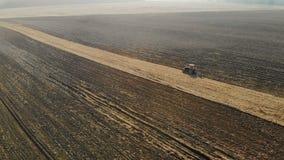 Μαγνητοσκόπηση στο quadcopter Το τρακτέρ καλλιεργεί το χώμα Γεωργική εργασία, καλλιέργεια του εδάφους για τη φύτευση φιλμ μικρού μήκους