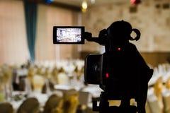 Μαγνητοσκόπηση του γεγονότος Videography Εξυπηρετούμενοι πίνακες στην αίθουσα συμποσίου στοκ φωτογραφίες